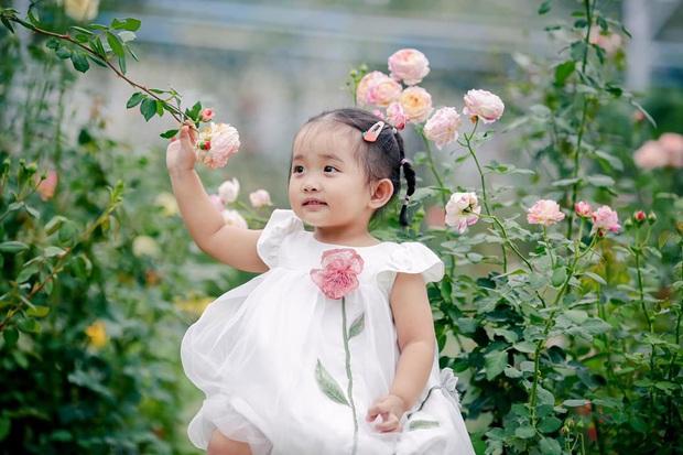 Từng sinh non với cân nặng vỏn vẹn 1,9kg, con gái Khánh Thi nay đã lớn phỏng phao và xinh xắn thế này đây! - Ảnh 5.