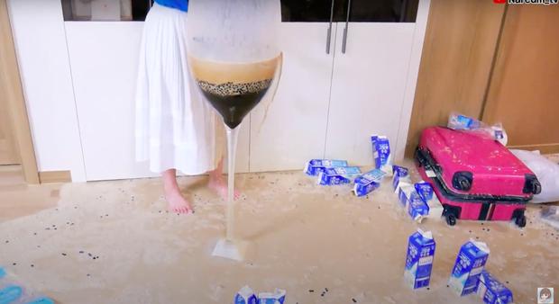 Làm trà sữa trân châu khổng lồ giống Bà Tân Vlog, Youtuber người Hàn lại có cái kết khiến dân mạng cười xỉu: Dọn nhà đến ốm luôn quá! - Ảnh 4.
