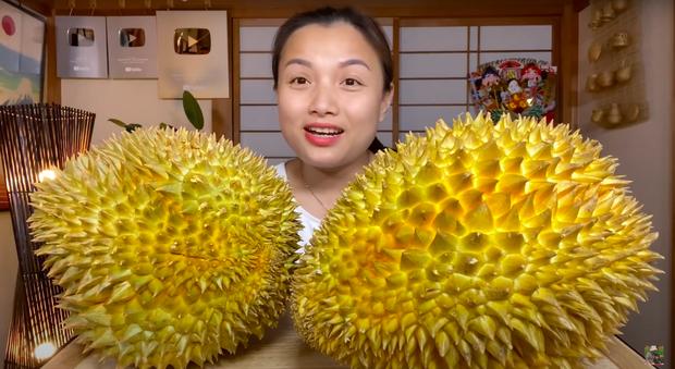Trời ơi ngất luôn với chị Quỳnh Trần: Mukbang sầu riêng siêu to siêu béo 1,2 triệu đồng, xem đêm nay khỏi ngủ - Ảnh 2.