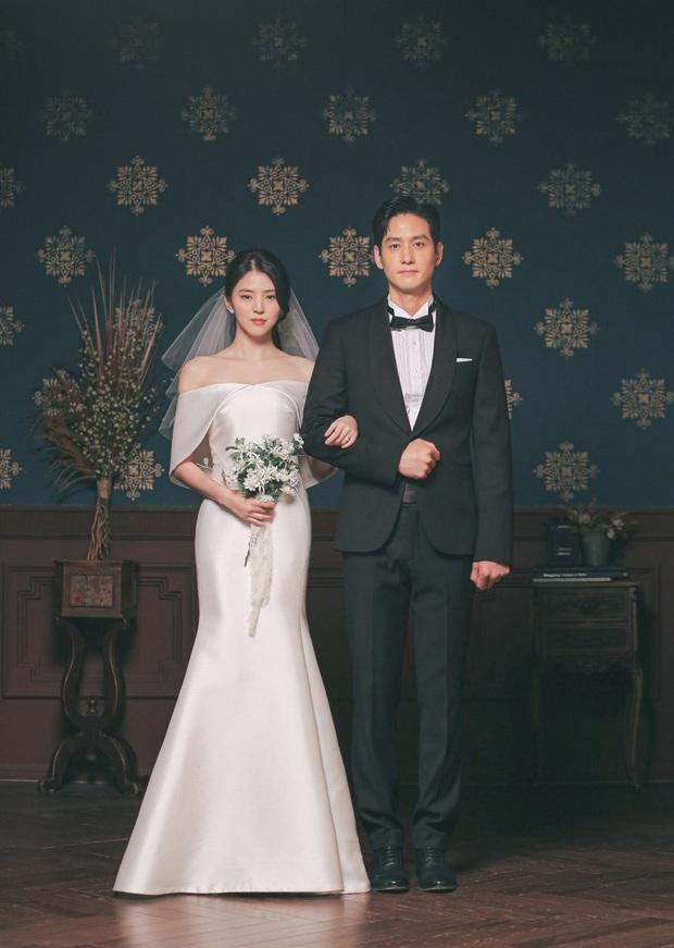 Ảnh cưới couple gây phẫn nộ nhất Thế Giới Hôn Nhân bỗng hot lại, ai ghét nổi visual cực phẩm của đôi chênh 18 tuổi này? - Ảnh 2.