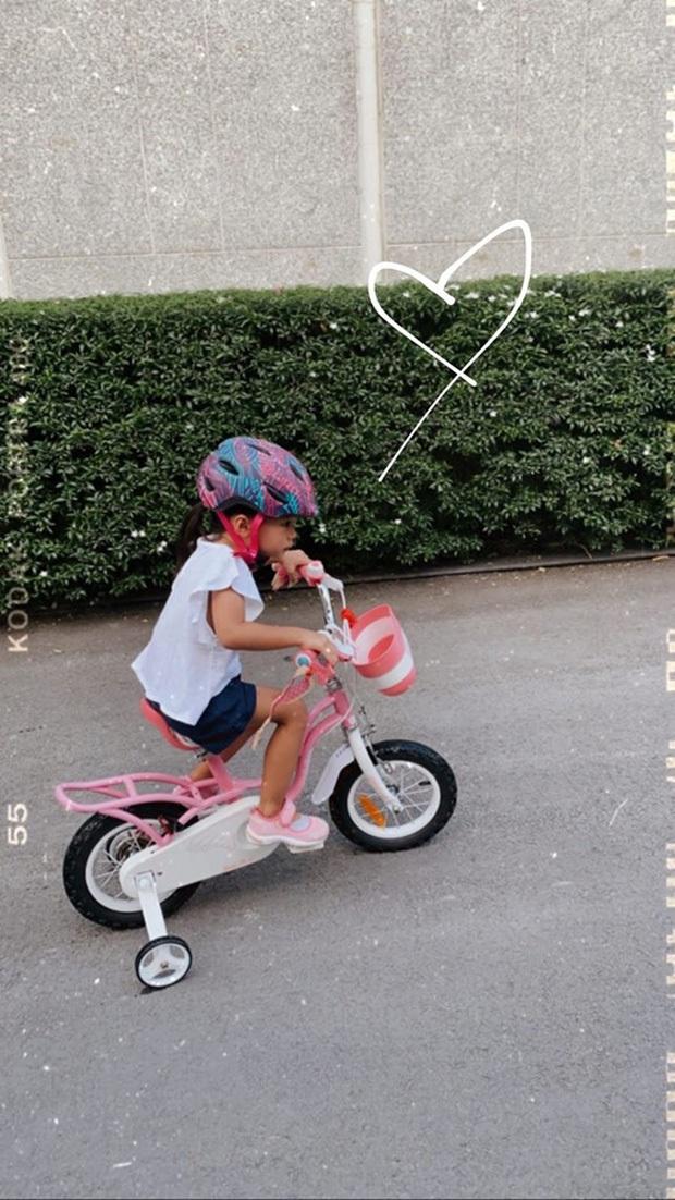 """Công chúa nhỏ nhà Hà Tăng mới 3 tuổi đã biết viết chữ và làm thiệp tặng bố khiến mẹ phải thốt lên: """"Hãnh diện quá"""" - Ảnh 5."""