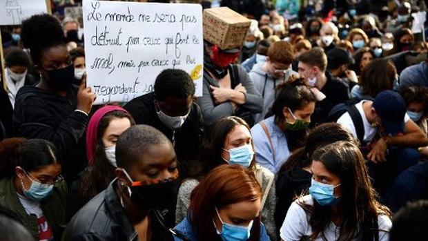 Hàng vạn người Pháp xuống đường biểu tình phản đối phân biệt chủng tộc - Ảnh 1.