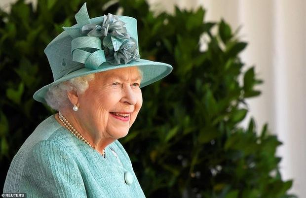 Nữ hoàng Anh chính thức xuất hiện sau thời gian dài ở ẩn với khí chất hơn người, ngầm thông báo về tương lai của hoàng gia - Ảnh 1.