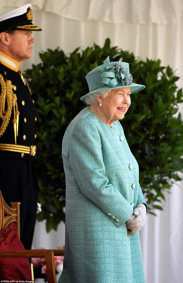 Nữ hoàng Anh chính thức xuất hiện sau thời gian dài ở ẩn với khí chất hơn người, ngầm thông báo về tương lai của hoàng gia - Ảnh 2.