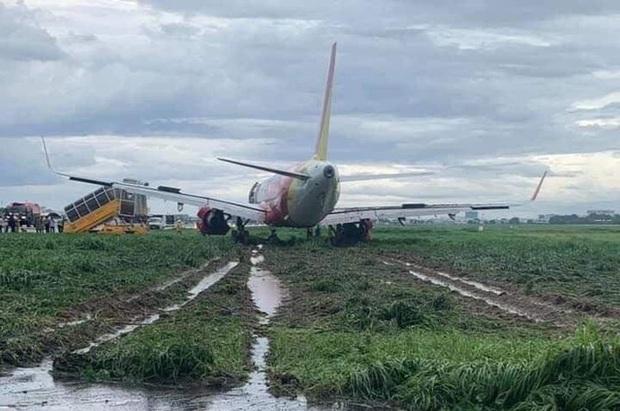 Tạm thu bằng lái 2 phi công điều khiển máy bay hạ cánh trượt khỏi đường băng tại Tân Sơn Nhất - Ảnh 1.