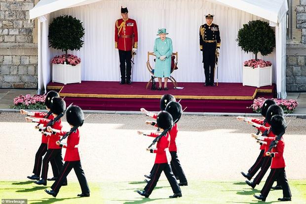 Nữ hoàng Anh chính thức xuất hiện sau thời gian dài ở ẩn với khí chất hơn người, ngầm thông báo về tương lai của hoàng gia - Ảnh 3.
