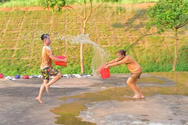 Đang yên đang lành học trò tự ném nhau vào vũng bùn chụp kỷ yếu, tuy bẩn nhưng lại vui vẻ ra trò đấy! - Ảnh 5.