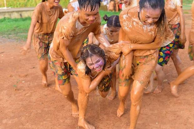 Đang yên đang lành học trò tự ném nhau vào vũng bùn chụp kỷ yếu, tuy bẩn nhưng lại vui vẻ ra trò đấy! - Ảnh 1.
