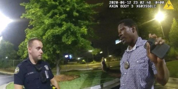 Video khoảnh khắc cuối cùng của người đàn ông da màu bị cảnh sát Mỹ bắn chết hé lộ những tình tiết bất ngờ - Ảnh 2.