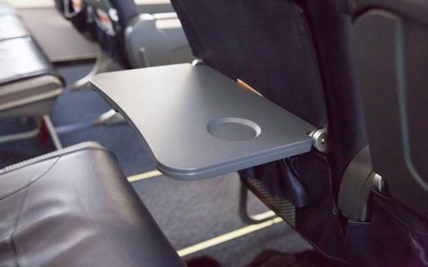 Những việc hành khách tuyệt đối không nên làm khi máy bay đang cất - hạ cánh, chúng còn có thể gây nguy hiểm đến tính mạng của bạn - Ảnh 2.