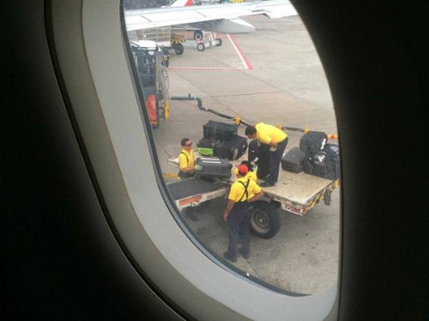 Những việc hành khách tuyệt đối không nên làm khi máy bay đang cất - hạ cánh, chúng còn có thể gây nguy hiểm đến tính mạng của bạn - Ảnh 3.