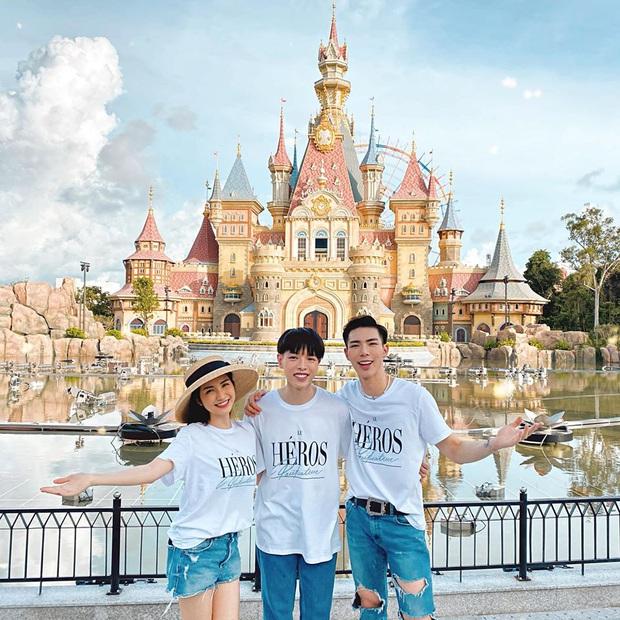 """Tụ tập sau chuỗi """"cày cuốc"""" trending, Gia đình Hoa dâm bụt rủ nhau phá đảo công viên chủ đề lớn nhất Việt Nam - Ảnh 2."""