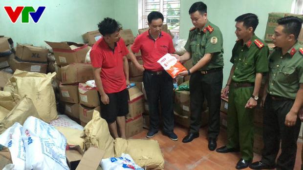 Triệt phá tổng kho phụ gia, nguyên liệu nhập lậu sản xuất bim bim cực khủng ở Hà Nội - Ảnh 1.