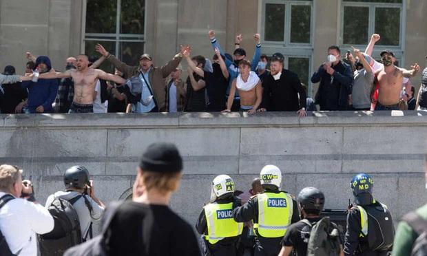 Hàng chục cảnh sát Anh bị thương do các cuộc biểu tình - Ảnh 1.