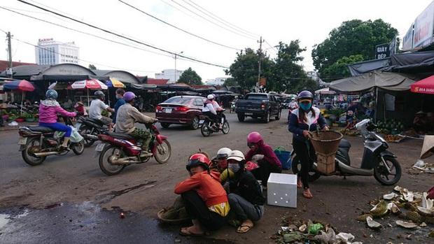 Từ vụ tai nạn thảm khốc ở Đắk Nông: Buôn bán lấn chiếm lòng lề đường bất chấp hiểm nguy - Ảnh 2.