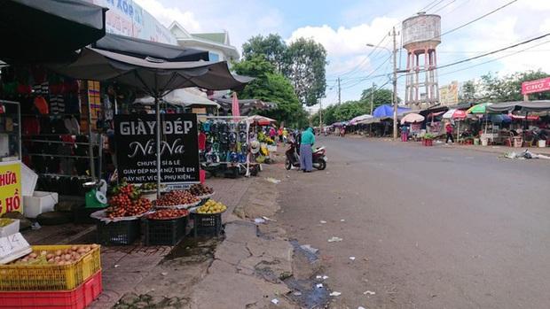 Từ vụ tai nạn thảm khốc ở Đắk Nông: Buôn bán lấn chiếm lòng lề đường bất chấp hiểm nguy - Ảnh 3.