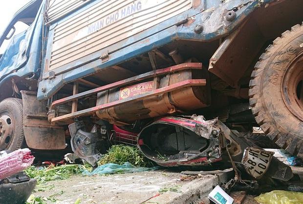 Từ vụ tai nạn thảm khốc ở Đắk Nông: Buôn bán lấn chiếm lòng lề đường bất chấp hiểm nguy - Ảnh 1.