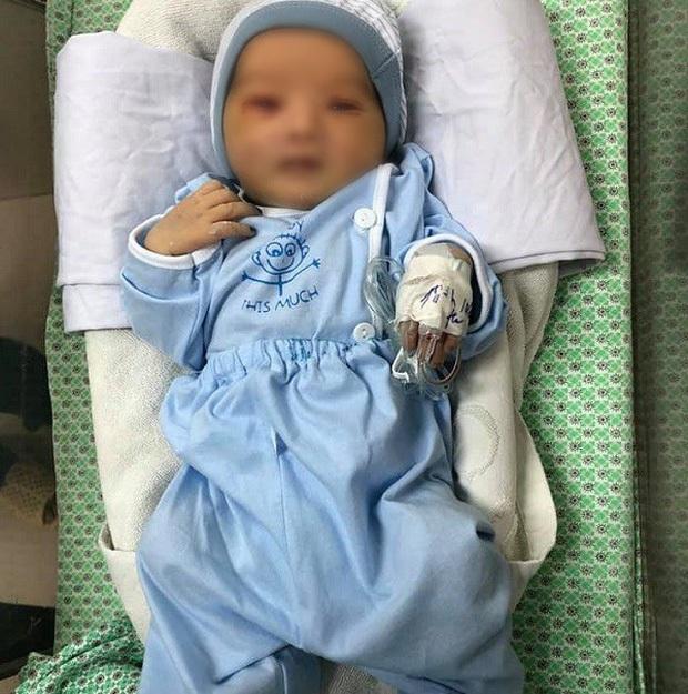 Bé sơ sinh bị bỏ rơi dưới hố gas suốt 3 ngày tiên lượng còn nặng - Ảnh 1.