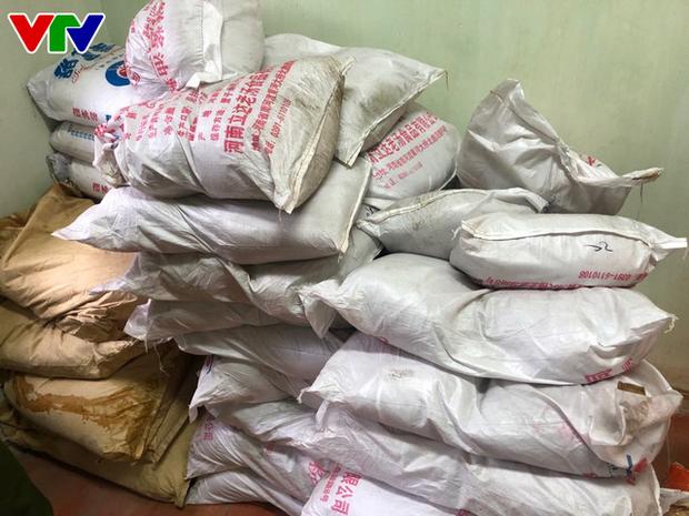 Triệt phá tổng kho phụ gia, nguyên liệu nhập lậu sản xuất bim bim cực khủng ở Hà Nội - Ảnh 4.