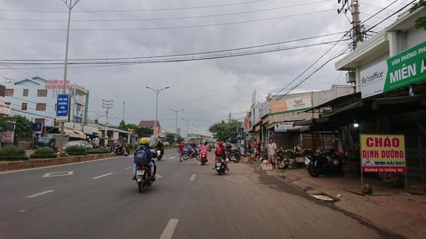 Từ vụ tai nạn thảm khốc ở Đắk Nông: Buôn bán lấn chiếm lòng lề đường bất chấp hiểm nguy - Ảnh 4.