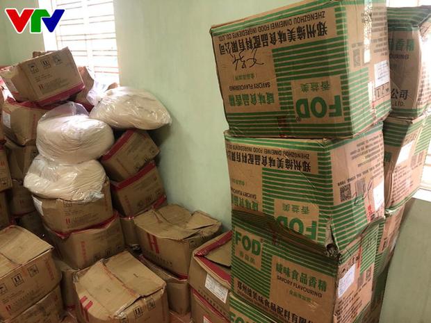 Triệt phá tổng kho phụ gia, nguyên liệu nhập lậu sản xuất bim bim cực khủng ở Hà Nội - Ảnh 6.