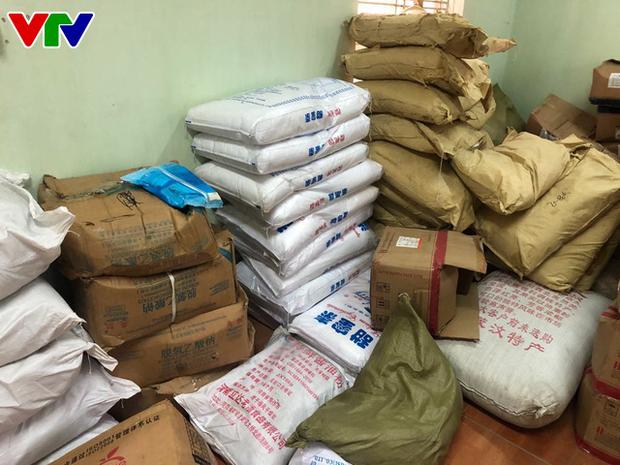 Triệt phá tổng kho phụ gia, nguyên liệu nhập lậu sản xuất bim bim cực khủng ở Hà Nội - Ảnh 7.
