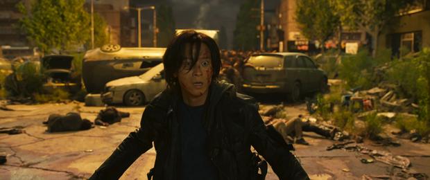 Ám ảnh cực độ với trailer Train to Busan 2: Khi kẻ sống sót biến chất, lấy đồng loại và zombie làm thú tiêu khiển - Ảnh 4.