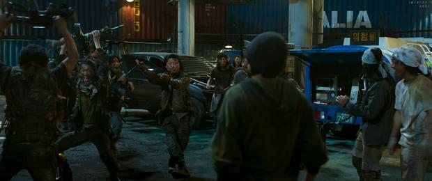 Ám ảnh cực độ với trailer Train to Busan 2: Khi kẻ sống sót biến chất, lấy đồng loại và zombie làm thú tiêu khiển - Ảnh 6.