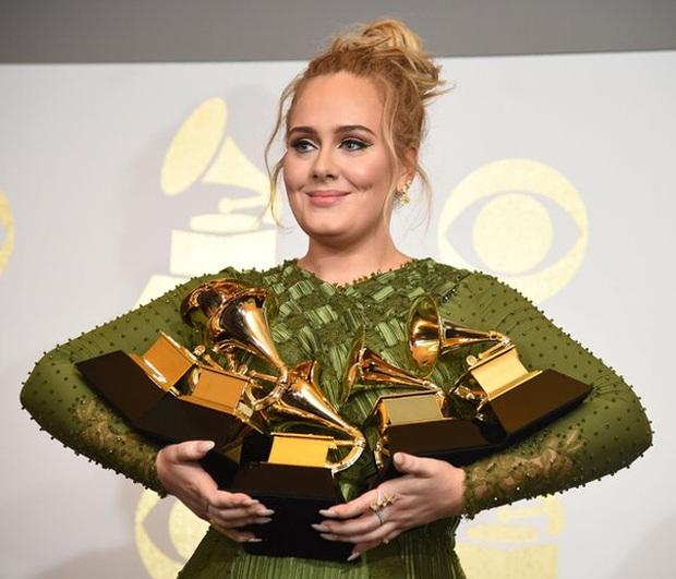 Quá rảnh rang mùa cách ly, Adele trở thành chị đẹp review phim nhiệt tình đến nỗi ai cũng cười chết đi sống lại - Ảnh 1.