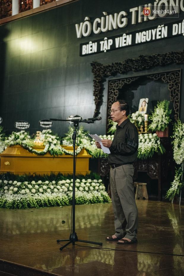 Bố mẹ MC Diệu Linh thất thần, người thân khóc nghẹn, cúi đầu trong giây phút tiễn đưa cuối cùng - Ảnh 2.