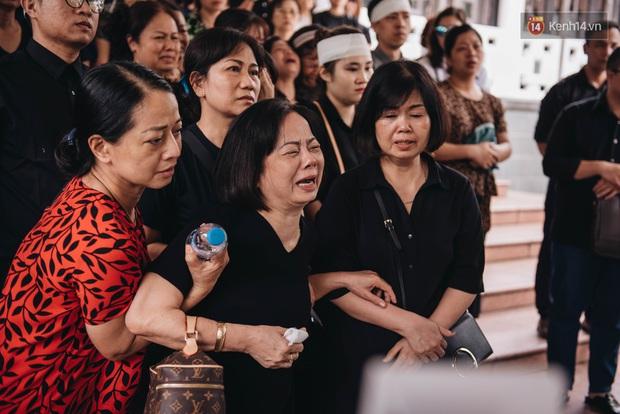 Bố mẹ MC Diệu Linh thất thần, người thân khóc nghẹn, cúi đầu trong giây phút tiễn đưa cuối cùng - Ảnh 5.
