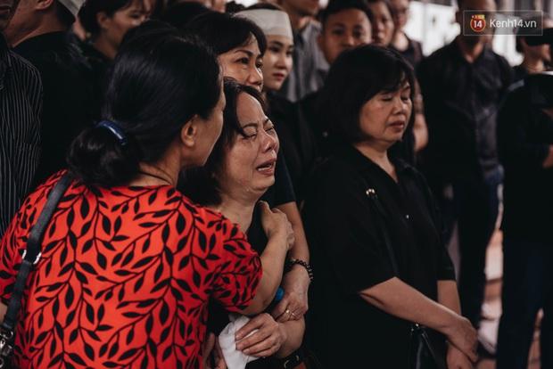 Bố mẹ MC Diệu Linh thất thần, người thân khóc nghẹn, cúi đầu trong giây phút tiễn đưa cuối cùng - Ảnh 7.