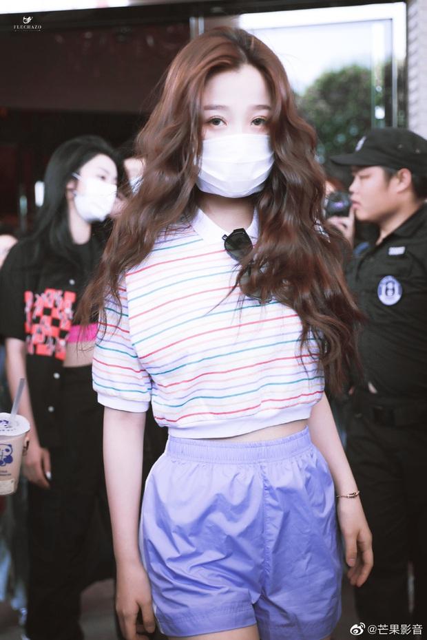 Ảnh hậu trường tập show 618 của THE9: Ngu Thư Hân phờ phạc, Khổng Tuyết Nhi được kèm sát sau scandal sờ soạng - Ảnh 2.