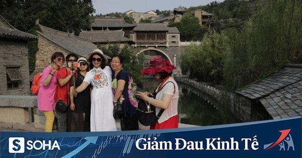 Ngành du lịch của TQ giữa vòng xoáy chết chóc: Ổ dịch COVID-19 mới tại Bắc Kinh là giọt nước tràn ly - Ảnh 1.