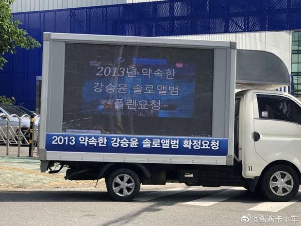 Nối gót fan BLACKPINK, fan BTS thuê xe tải biểu tình trước Big Hit để tỏ thái độ bất mãn, chuyện gì đang xảy ra? - Ảnh 4.