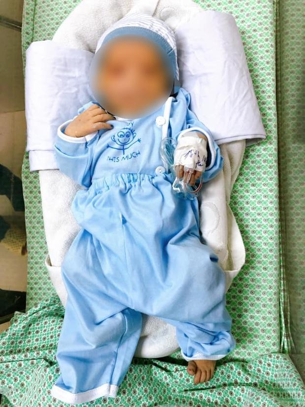 Nhiều người mong muốn nhận nuôi bé sơ sinh bị bỏ rơi ở hố gas, một người tự xưng là bà ngoại - Ảnh 1.