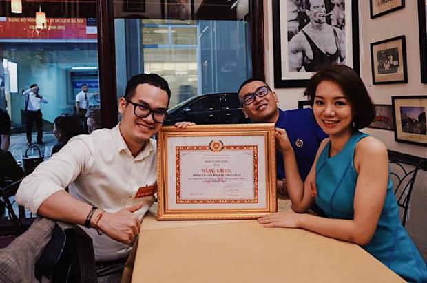 Nhạc sĩ Khắc Hưng hãnh diện chia sẻ hình ảnh ekip sản xuất Ghen Cô Vy vinh dự nhận được bằng khen của Ban Tuyên giáo Chính phủ - Ảnh 1.