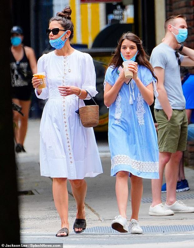 Katie Holmes và Suri Cruise gây sốt chỉ nhờ loạt ảnh dạo phố: Cô nhóc năm xưa giờ lớn và điệu lắm rồi, nhìn mẹ còn bất ngờ hơn - Ảnh 5.