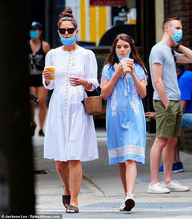 Katie Holmes và Suri Cruise gây sốt chỉ nhờ loạt ảnh dạo phố: Cô nhóc năm xưa giờ lớn và điệu lắm rồi, nhìn mẹ còn bất ngờ hơn - Ảnh 4.