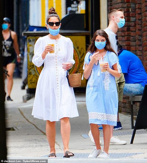 Katie Holmes và Suri Cruise gây sốt chỉ nhờ loạt ảnh dạo phố: Cô nhóc năm xưa giờ lớn và điệu lắm rồi, nhìn mẹ còn bất ngờ hơn - Ảnh 3.