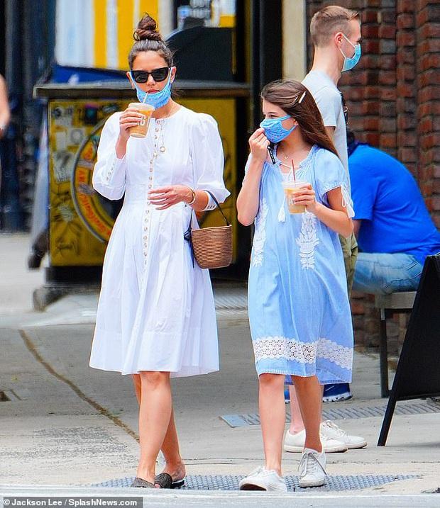Katie Holmes và Suri Cruise gây sốt chỉ nhờ loạt ảnh dạo phố: Cô nhóc năm xưa giờ lớn và điệu lắm rồi, nhìn mẹ còn bất ngờ hơn - Ảnh 2.