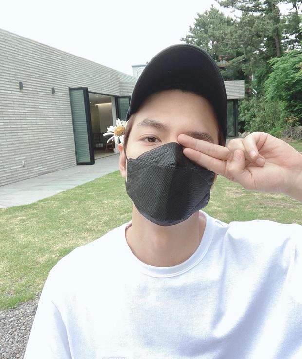 Lee Min Ho đăng ảnh đời thường, ai dè bị soi hint hẹn hò nhân vật này chỉ nhờ chi tiết bông hoa cài trên tai - Ảnh 2.
