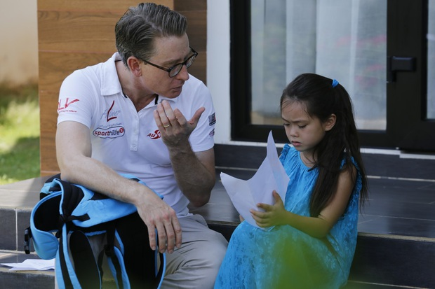 Nhóc Andy nhà Thu Trang mải mê ngắm bé Sol múa trong chuyến du lịch biển - Ảnh 4.
