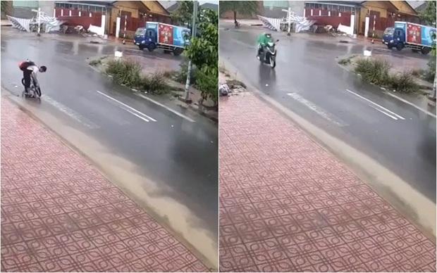 Clip: Cậu học sinh dừng xe đạp dưới trời mưa rồi dùng tay thông cống thoát nước, hành động đẹp nhận ngàn lời khen - Ảnh 2.