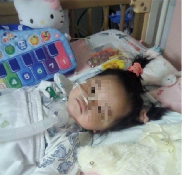 Bé gái 4 tuổi đột nhiên sốt cao và đi ngoài ra máu, nguyên nhân đến từ cách ăn dưa hấu sai lầm mà rất nhiều người cũng hay mắc phải trong mùa hè - Ảnh 1.