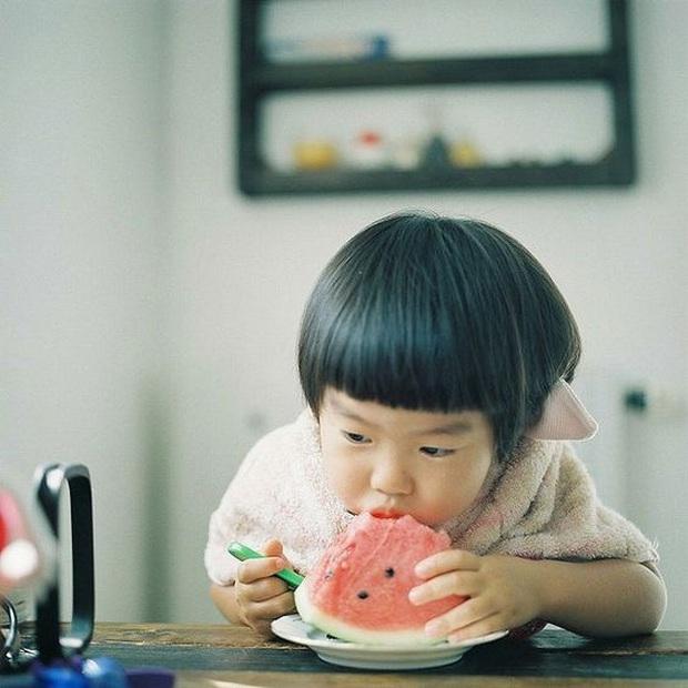 Bé gái 4 tuổi đột nhiên sốt cao và đi ngoài ra máu, nguyên nhân đến từ cách ăn dưa hấu sai lầm mà rất nhiều người cũng hay mắc phải trong mùa hè - Ảnh 2.