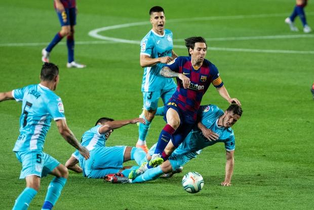 Khoảnh khắc đối thủ vứt hết liêm sỉ để ngăn cản Messi: Khán giả bối rối không biết đang xem bóng đá hay bóng bầu dục - Ảnh 2.