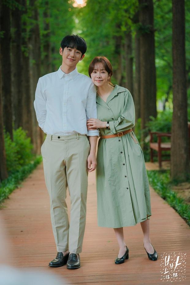 4 mẫu váy liền hot bền bỉ trong các drama Hàn, chị em sắm đủ thì muốn mặc xấu cũng khó - Ảnh 1.