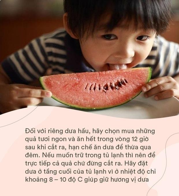 Bé gái 4 tuổi đột nhiên sốt cao và đi ngoài ra máu, nguyên nhân đến từ cách ăn dưa hấu sai lầm mà rất nhiều người cũng hay mắc phải trong mùa hè - Ảnh 3.