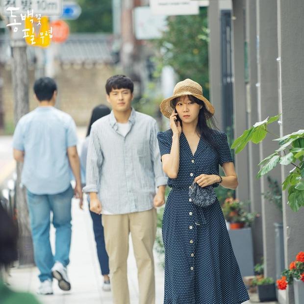 4 mẫu váy liền hot bền bỉ trong các drama Hàn, chị em sắm đủ thì muốn mặc xấu cũng khó - Ảnh 4.